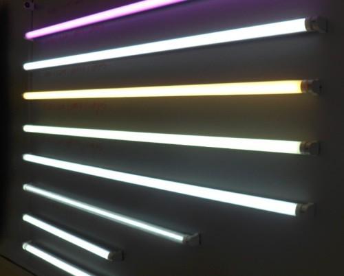 传统的日光灯是通过整流器释放的高电压来点亮的,当电压降低时则