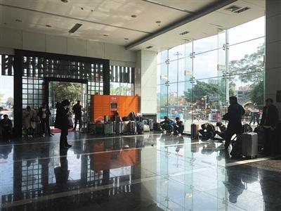 富士康深圳龙华科技园附近劳务中介的招工现场。